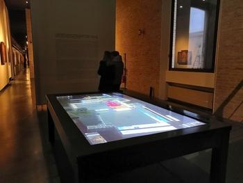 Una nuova dimensione per l'arte: tavolo multi touch con software multi utente grazie a Touchwindow